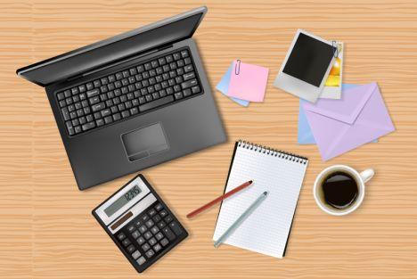 work-desk-vector オフィスアイテム(ノートPC・電卓・ノート・ペン・写真・メモ)の無料ベクターイラスト素材
